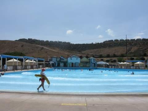 Waterpark wave pool